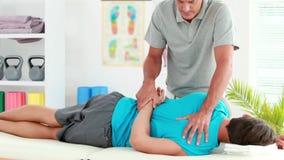 Φυσιοθεραπευτής που δίνει το αθλητικό μασάζ στον ασθενή φιλμ μικρού μήκους