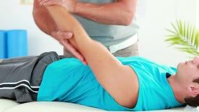 Φυσιοθεραπευτής που δίνει το αθλητικό μασάζ στον ασθενή απόθεμα βίντεο