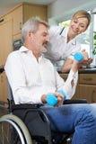 Φυσιοθεραπευτής που βοηθά το άτομο στην αναπηρική καρέκλα με τις ασκήσεις στοκ φωτογραφίες με δικαίωμα ελεύθερης χρήσης