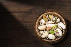 Φυστίκια σε ένα ξύλινο κύπελλο Στοκ Εικόνα