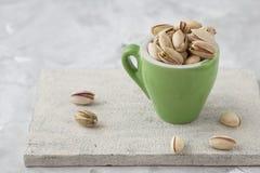 Φυστίκι στο γυαλί καρύδια Πράσινα φρέσκα φυστίκια ως σύσταση Ψημένη αλατισμένη φυστικιών φωτογραφία στούντιο τροφίμων καρυδιών υγ στοκ φωτογραφία με δικαίωμα ελεύθερης χρήσης