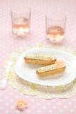 Φυστίκι Eclairs σε ένα άσπρο πιάτο στοκ εικόνα με δικαίωμα ελεύθερης χρήσης