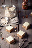 Φυστικοβούτυρο και άσπρα τετράγωνα σοκολάτας Στοκ Φωτογραφία