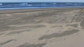 Φυσώντας άμμος και κύματα απόθεμα βίντεο