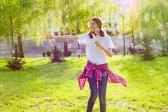 φυσώντας έφηβος σαπουνιώ& Στοκ φωτογραφία με δικαίωμα ελεύθερης χρήσης