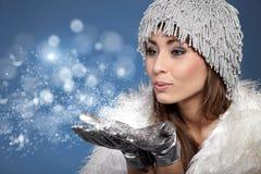 φυσώντας γυναίκα χιονιού Στοκ φωτογραφία με δικαίωμα ελεύθερης χρήσης
