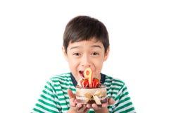 Φυσώντας κερί μικρών παιδιών στο κέικ για τα γενέθλιά του Στοκ Εικόνες