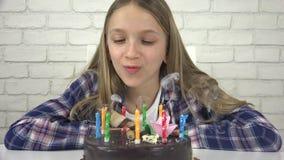 Φυσώντας κεριά γιορτής γενεθλίων παιδιών, επέτειος παιδιών, εορτασμός παιδιών απόθεμα βίντεο