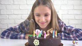 Φυσώντας κεριά γιορτής γενεθλίων παιδιών στη νύχτα, εορτασμός επετείου παιδιών φιλμ μικρού μήκους