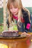 φυσώντας κορίτσι κεριών στοκ εικόνα