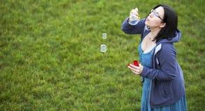 φυσώντας κορίτσι φυσαλίδων Στοκ Φωτογραφία