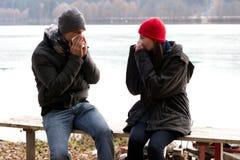 φυσώντας μύτες ζευγών οι νεολαίες τους Στοκ φωτογραφίες με δικαίωμα ελεύθερης χρήσης