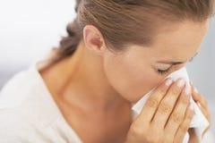 Φυσώντας μύτη γυναικών στο χαρτομάνδηλο στοκ εικόνες με δικαίωμα ελεύθερης χρήσης