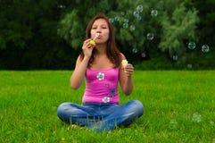 φυσώντας σαπούνι κοριτσιών φυσαλίδων Στοκ φωτογραφία με δικαίωμα ελεύθερης χρήσης