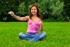 φυσώντας σαπούνι κοριτσιών φυσαλίδων Στοκ εικόνα με δικαίωμα ελεύθερης χρήσης
