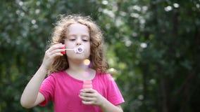 φυσώντας σαπούνι κοριτσ&iota απόθεμα βίντεο