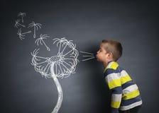 Φυσώντας σπόροι πικραλίδων παιδιών Στοκ φωτογραφία με δικαίωμα ελεύθερης χρήσης