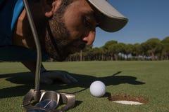 Φυσώντας σφαίρα φορέων γκολφ στην τρύπα Στοκ Εικόνα