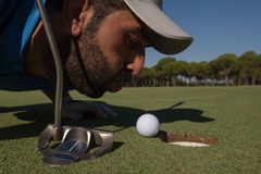 Φυσώντας σφαίρα φορέων γκολφ στην τρύπα Στοκ εικόνα με δικαίωμα ελεύθερης χρήσης