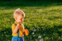 Φυσώντας φυσαλίδες σαπουνιών αγοράκι ενός έτους βρεφών Στοκ Φωτογραφίες