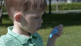Φυσώντας φυσαλίδες παιδιών υπαίθριες απόθεμα βίντεο
