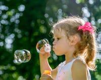 Φυσώντας φυσαλίδες σαπουνιών μικρών κοριτσιών Στοκ φωτογραφία με δικαίωμα ελεύθερης χρήσης