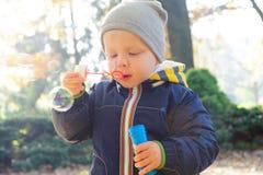 Φυσώντας φυσαλίδες σαπουνιών μικρών παιδιών στο πάρκο φθινοπώρου Στοκ φωτογραφία με δικαίωμα ελεύθερης χρήσης