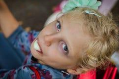 Φυσώντας φυσαλίδες τσίχλας παιδιών αναστάτωσης στοκ φωτογραφία με δικαίωμα ελεύθερης χρήσης