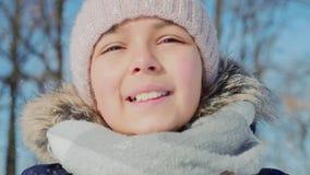 Φυσώντας χιόνι έφηβη ομορφιάς χαρούμενο υπαίθρια φιλμ μικρού μήκους