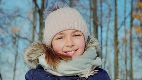 Φυσώντας χιόνι έφηβη ομορφιάς χαρούμενο απόθεμα βίντεο