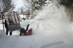 φυσώντας χιόνι ατόμων στοκ φωτογραφία