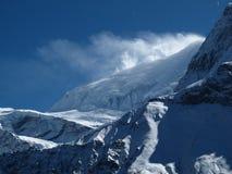 Φυσώντας χιόνι ισχυρού ανέμου πέρα από μια κορυφογραμμή Annapurna Στοκ φωτογραφίες με δικαίωμα ελεύθερης χρήσης