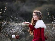 Φυσώντας χιόνι κοριτσιών Στοκ Φωτογραφία