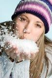 φυσώντας χιόνι κοριτσιών Στοκ εικόνα με δικαίωμα ελεύθερης χρήσης