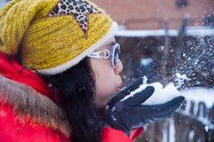 φυσώντας χιόνι κοριτσιών Στοκ Εικόνα