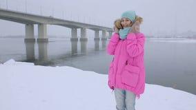 Φυσώντας χιόνι Χαρούμενο εφηβικό πρότυπο κορίτσι ομορφιάς φιλμ μικρού μήκους