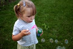 φυσώντας bubles σαπούνι κοριτσιών Στοκ Εικόνες