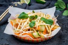 Φυτικά βιετναμέζικα τρόφιμα σαλάτας στο Μαύρο Στοκ εικόνα με δικαίωμα ελεύθερης χρήσης