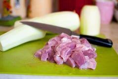Φυτικά κολοκύθια, κρέας, μαχαίρι σε έναν τεμαχίζοντας πίνακα Στοκ εικόνα με δικαίωμα ελεύθερης χρήσης