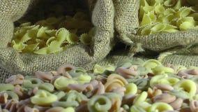 Φυτικά τρόφιμα ζυμαρικών μακαρονιών που περιστρέφονται έναν πίνακα φιλμ μικρού μήκους