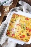 Φυτικά clafoutis με το κόκκινα πιπέρι κουδουνιών και τα κολοκύθια, ξυμένο τυρί παρμεζάνας Στοκ Φωτογραφία