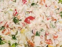 Φυτικές σαλάτα και κρέμα κινηματογραφήσεων σε πρώτο πλάνο ως υπόβαθρο Στοκ Φωτογραφία