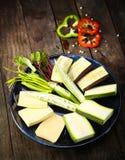 Φυτικές συνταγές άψητες στο ξύλινο υπόβαθρο στοκ φωτογραφία