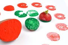 Φυτική εκτύπωση με την πατάτα, το ραδίκι και τα χρωματισμένα χρώματα στοκ εικόνα