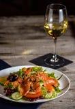 Φυτική και φρέσκια σαλάτα ψαριών που εξυπηρετείται σε έναν εκλεκτής ποιότητας πίνακα Γεύμα με το κρασί στοκ φωτογραφίες