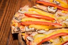 Φυτική πίτσα στον πίνακα Στοκ Φωτογραφία