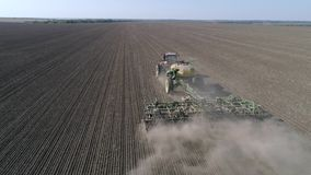 Φυτική παραγωγή, μηχανή σποράς με το σιτάρι σπόρου αρότρων στο χώμα του τομέα στο φυτό της εποχής στο φθινόπωρο φιλμ μικρού μήκους