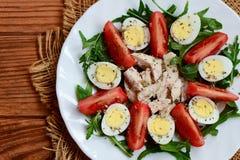 Φυτική σαλάτα με τα αυγά στηθών και ορτυκιών κοτόπουλου Η σαλάτα με τις φρέσκες ντομάτες, rucola, αυγά ορτυκιών, έβρασε το στήθος Στοκ Εικόνες