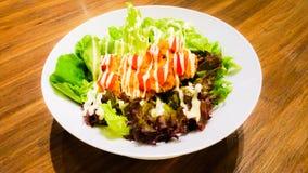 Φυτική σαλάτα με τη μαγιονέζα και το τηγανισμένο κοτόπουλο Στοκ Φωτογραφίες