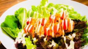 Φυτική σαλάτα με τη μαγιονέζα και το τηγανισμένο κοτόπουλο Στοκ Φωτογραφία